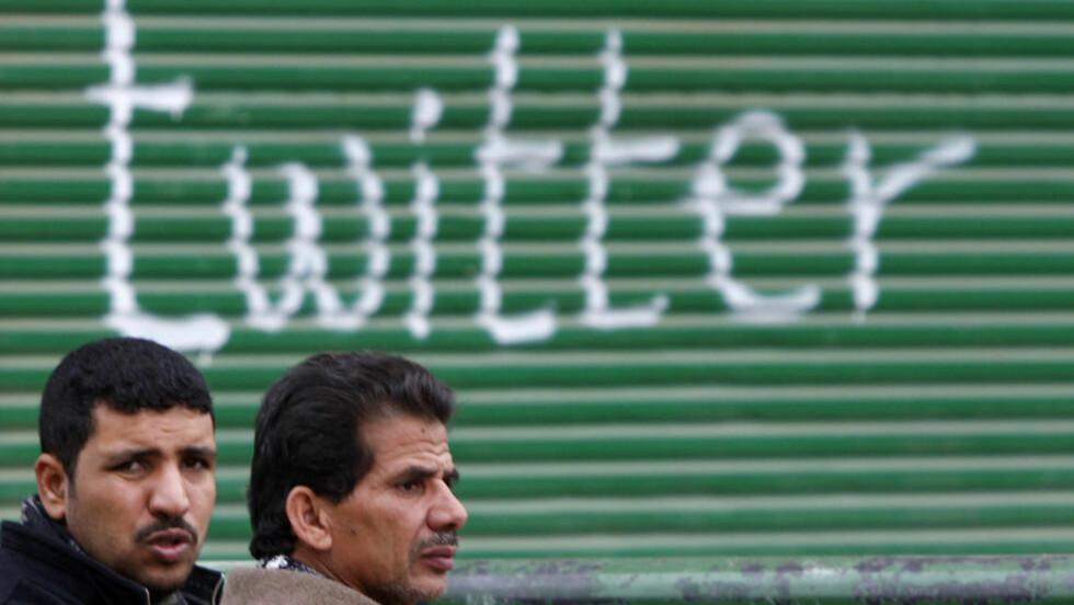 MYE TVITRING I KAIRO:  Under revolusjonen i Egypt var nettsamfunnet Twitter et viktig verktøy for opposisjonen, i deres kamp for å bli kvitt Hosni Mubarak og hans regime. Her er et par opposisjonsmenn fotografert like ved Tahrir-plassen i Kairo. Mubarak og hans regime måtte til slutt gå av. Foto: Steve Crisp/Reuters/Scanpix
