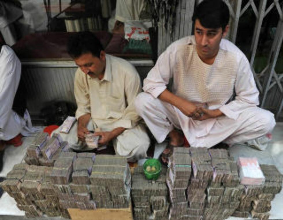 Kan bli avleggs? Pengevekslere i Kabul sitter med store seddelbunker. Finansforbundet ønsker å tvinge fram et kontantløst samfunn ved et lovpålagt gebyr ved uttak av penger. Foto: Marai Shah/AFP/Scanpix
