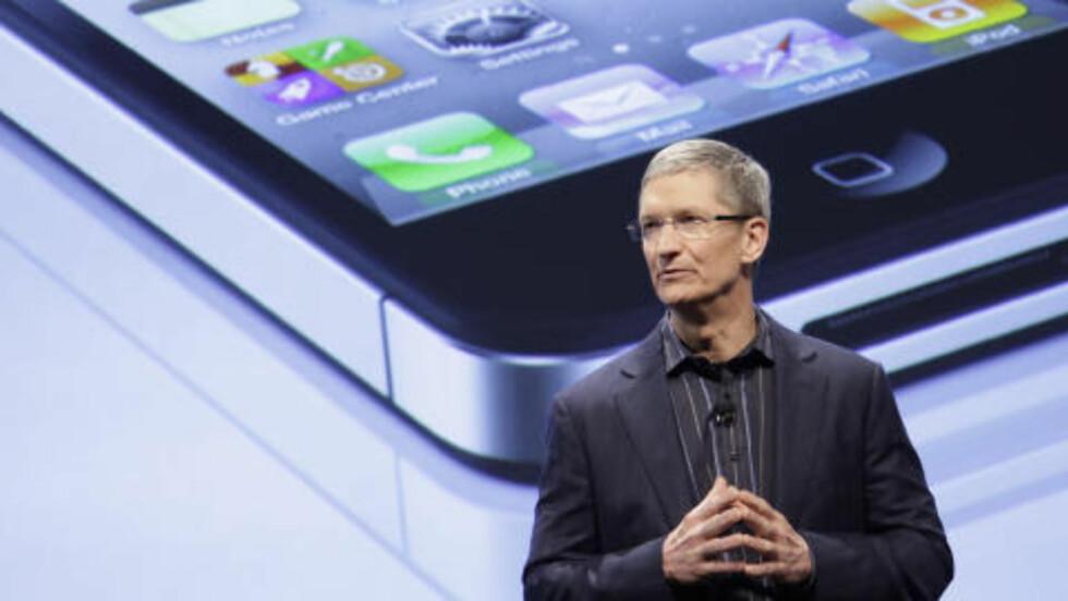 STÅR PÅ SCENEN: Apples nye toppsjef, Tim Cook. Foto: AP Photo/Mark Lennihan/Scanpix