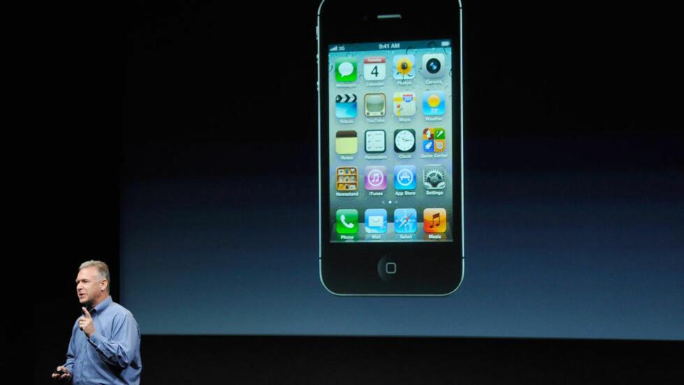 HELT LIK: Utvendig er nye iPhone 4S helt lik som den eksisterende iPhone 4. Inni er imidlertid alt nytt. Her presenterer Apples produktsjef Phil Schiller den nye telefonen. Foto: Kevork Djansezian/Getty Images/AFP/Scanpix.