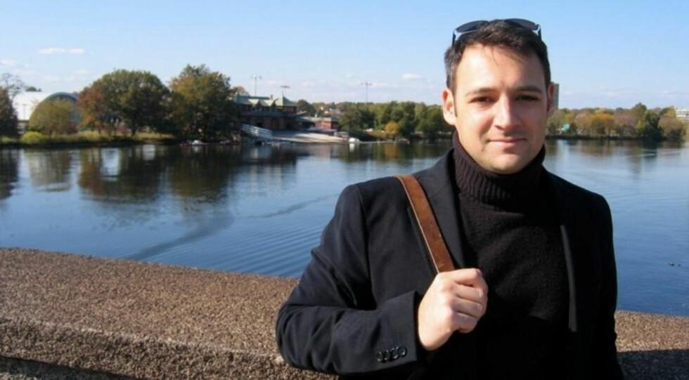 AMERIKANER: Derek B. Miller er amerikaner bosatt i Oslo. Debutromanen «Et merkelig sted å dø» har han skrevet på morsmålet sitt, men den norske oversettelsen utgis først. Foto: Cappelen Damm