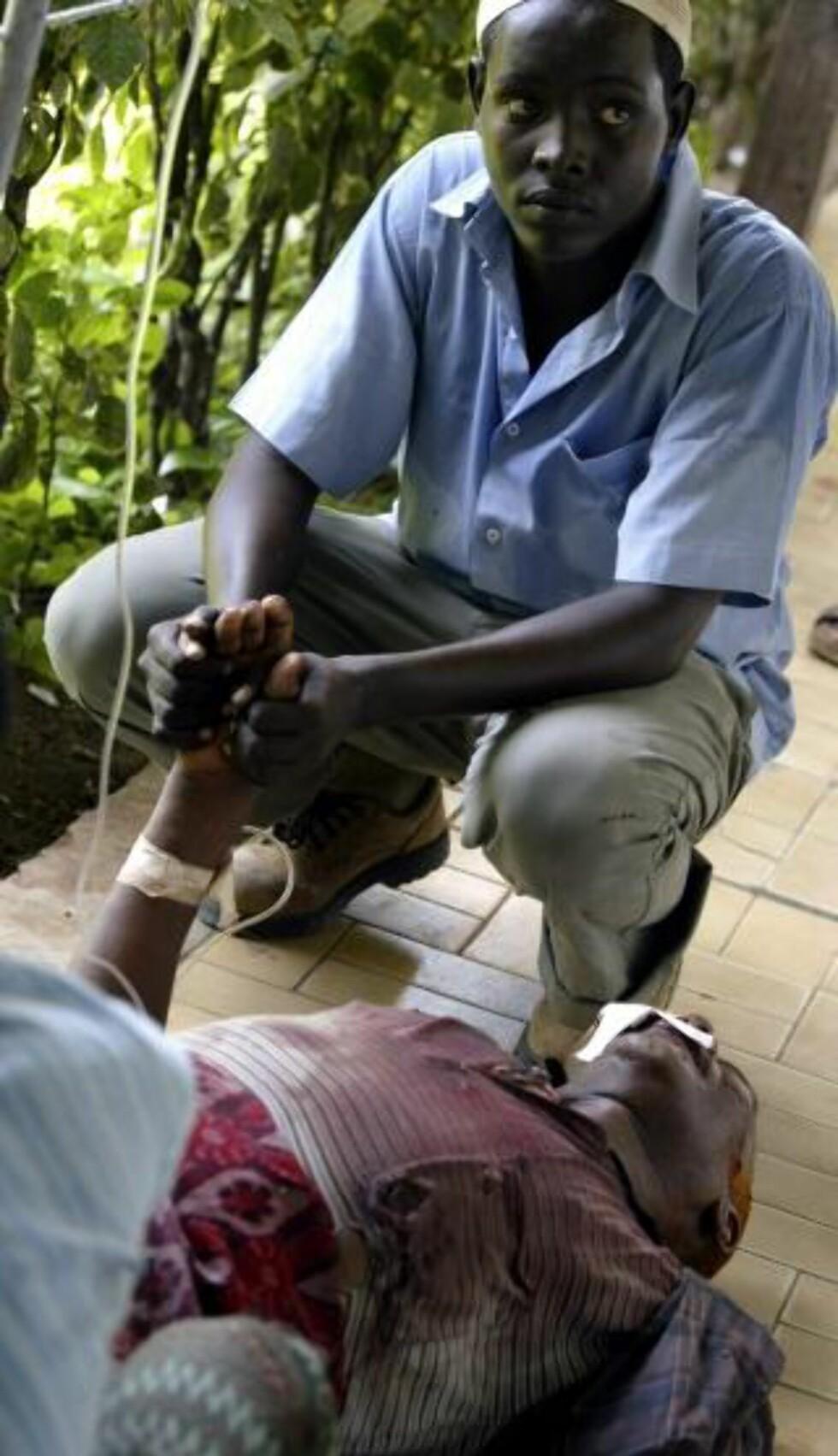 VIKTIG: SOS-sykehuset er et kjærkommet tilskudd til Mogadishu. Her en sønn som holder sin fars hånd på sykehuset i 2007. Foto: Reuters/Scanpix