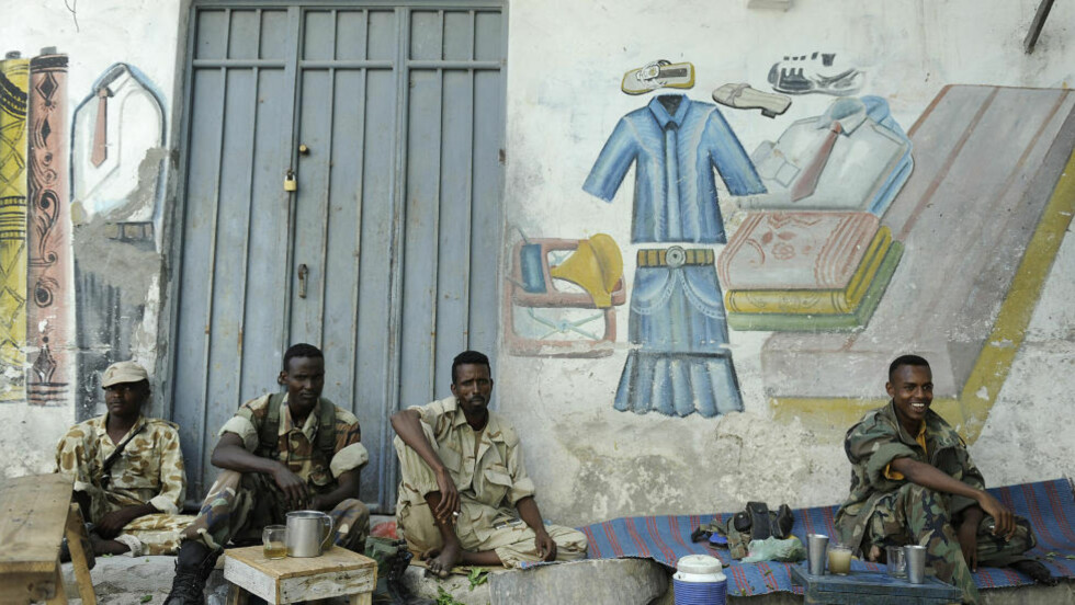 OVERGREP: Soldater fra regjeringshæren i Somalia har invadert en SOS-barneby og drept minst en ansatt. Her soldater fra styrkene i en te- og khat-pause. Foto: AFP/Tony Karumba/Scanpix