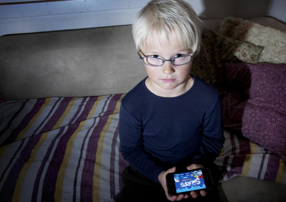 SMURFESPILL: Mamma Marianne Dalen tror ikke at Morten (6) skjønner hvor mye penger han egentlig har brukt. Her holder han mors telefon, men det var Ipaden han brukte da han gjorde kjøpene. Foto. Nina Hansen /Dagbladet