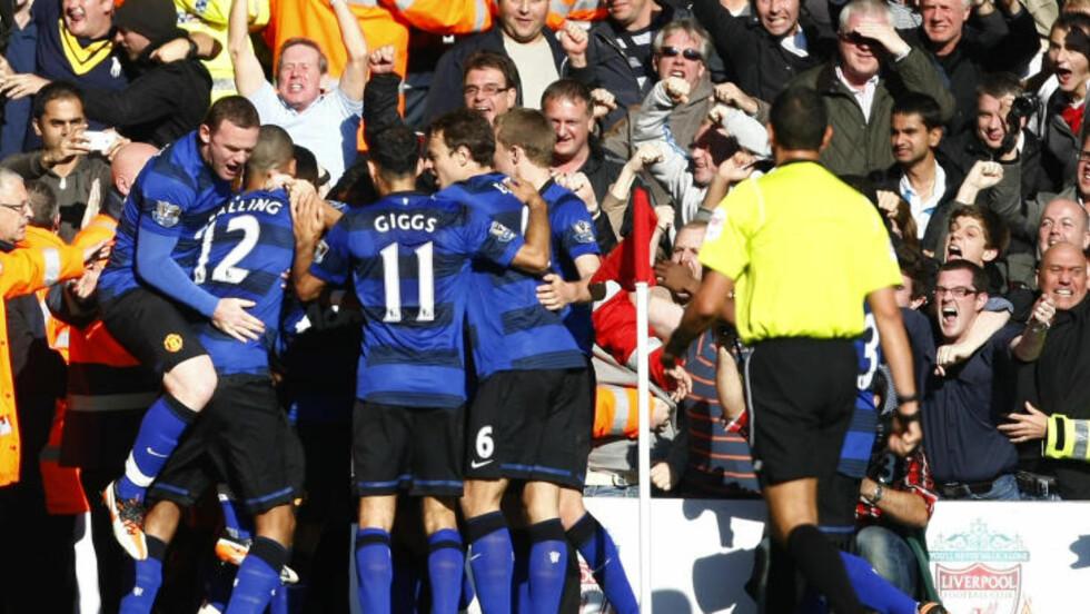 REDDET POENG: United-spillerne feirer Javier Hernandez sin scoring som reddet ett poeng. Foto: AP Photo/Tim Hales