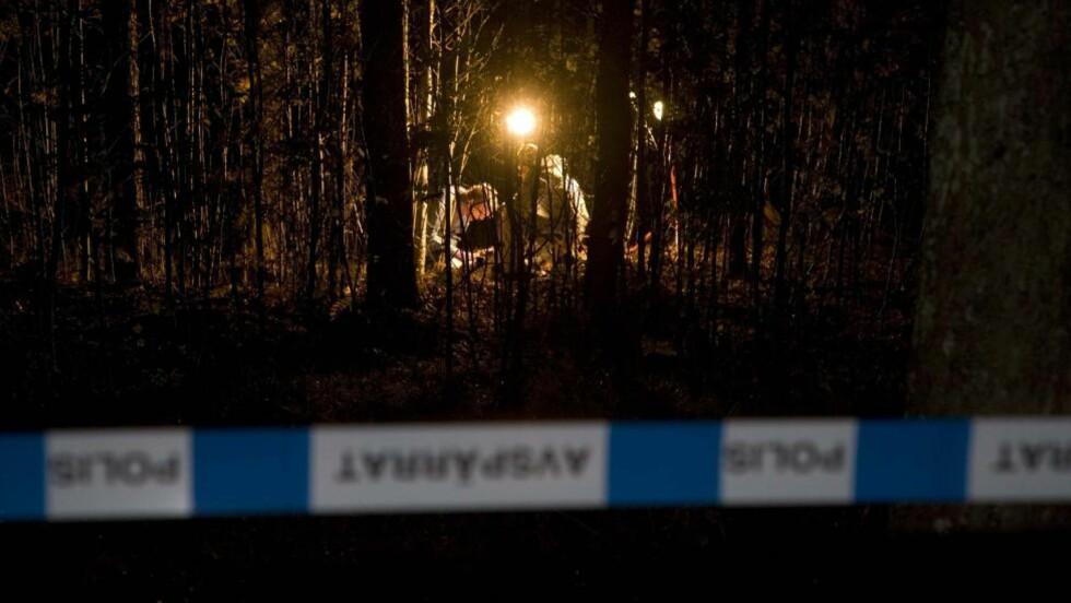 SIKRET SPOR: Kriminalteknikere jobbet i natt på stedet der fireåringen ble funnet. Foto: EXPRESSEN