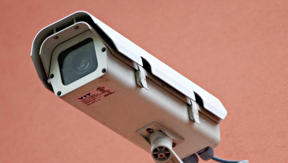 STOREBROR BLIR HELSESØSTER: Overvåkningskameraer som gjenkjenner akutte helseproblemer kan bidra til å løse bemmanningskrisa i eldreomsorgen. Spørmålet er i hvilken grad politikerne vil åpne for å erstatte varme hender med kameraer og sensorer. FOTO: BENJAMIN A. WARD