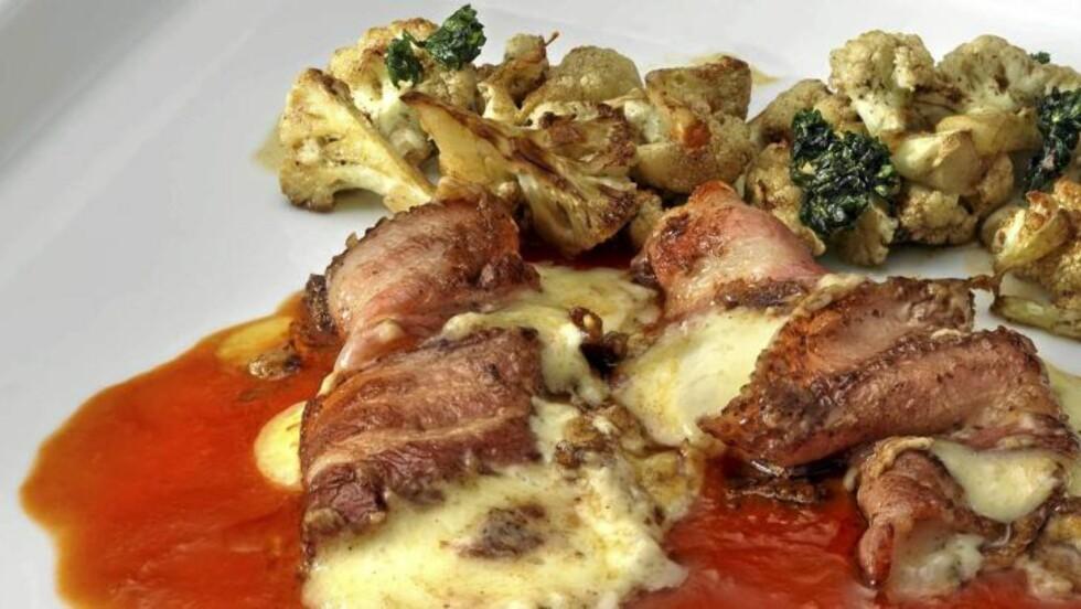 FETTRIKT: Baconsvøpt osteschnitzel med tomatsaus og stekt blomkål. FOTO: Peo Quick