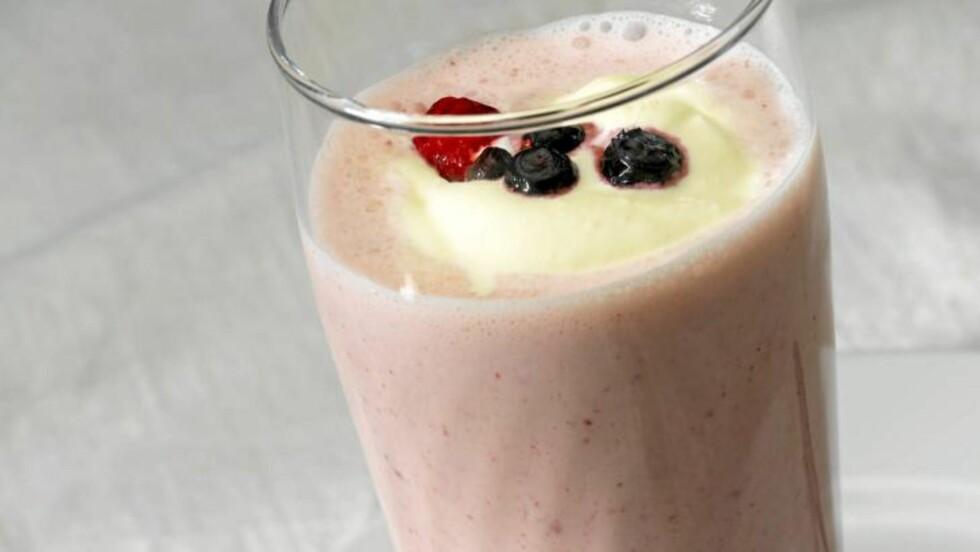 SMOOTH NOK: Bærsmoothie med yoghurt og kremfløte. FOTO: Peo Quick