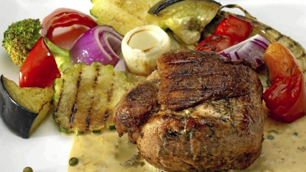 LAVKARBO-SVIN: Svinefilet tournedos med grønn peppersaus og grillede grønnsaker. FOTO: Peo Quick