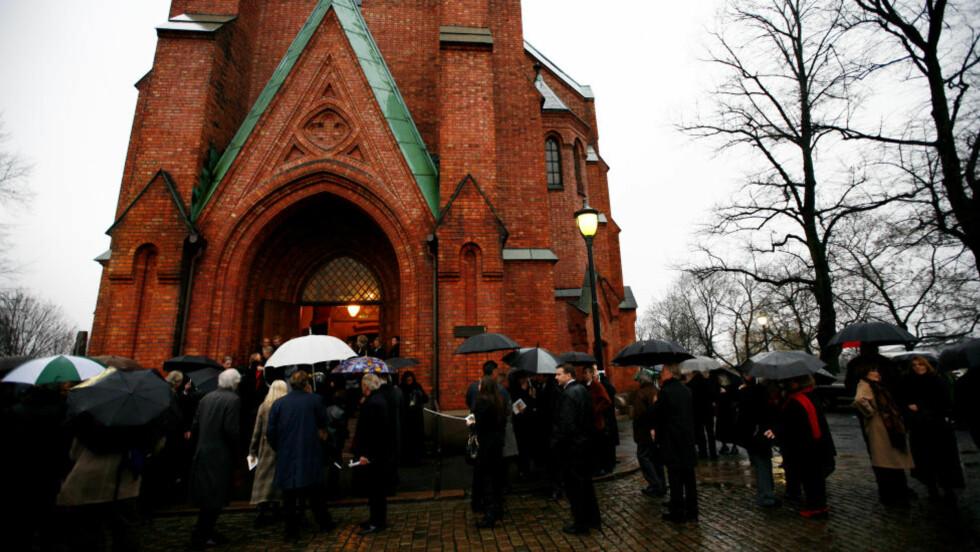 URANIENBORG KIRKE: Oslo-kirken brukes til bisettelser, men det er bare i boka om Åge Aleksandersen at den har gravstøtter og kirkegård. Foto: Sara Johannessen/SCANPIX