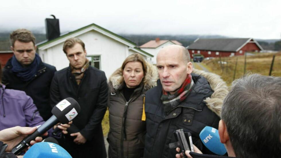 PRESSEKONFERANSE: Breiviks forsvarere advokat Geir Lippestad, Vibeke Hein Bæra, Odd Ivar Grøn og Tord Jordet holdt pressekonferanse før befaringen på Breiviks går på Åsta i dag. Foto: Gorm Kallestad / Scanpix