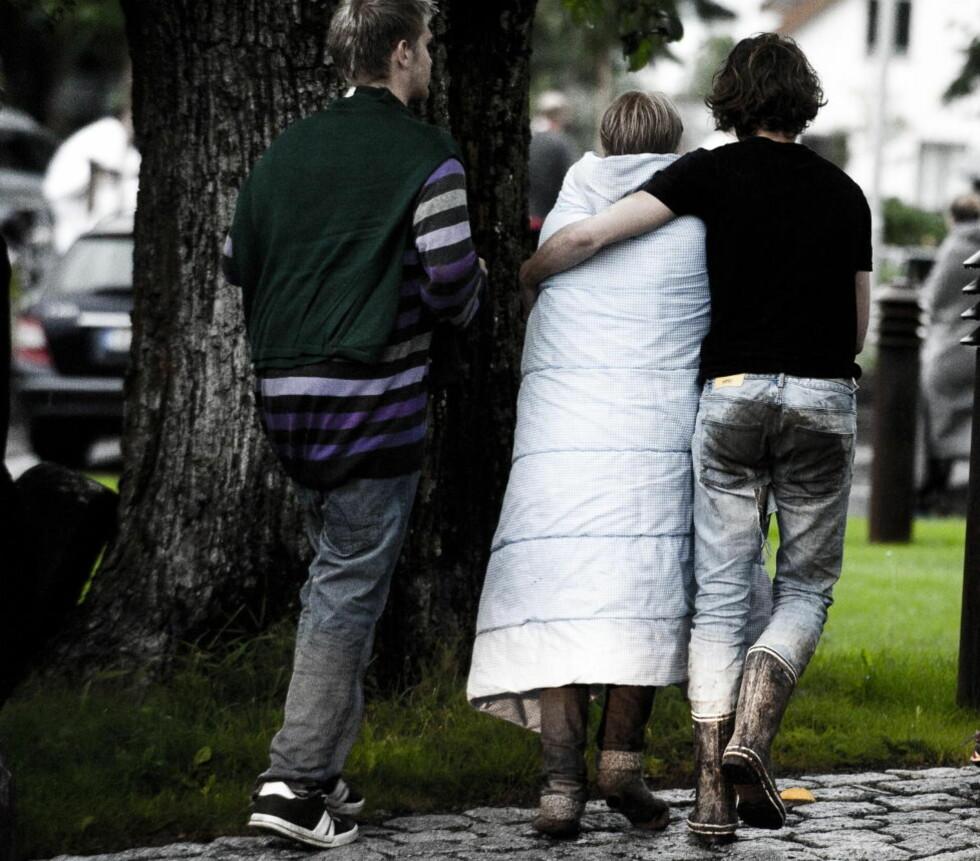 Skrekkslagne: 22. juli strømmet kalde og våte ungdommer til Sundvolden Hotel etter å ha svømt for livet fra Utøya. På hotellet får de en trygg havn, varme, mat og omsorg de neste tunge døgnene. Foto: Håkon Eikesdal
