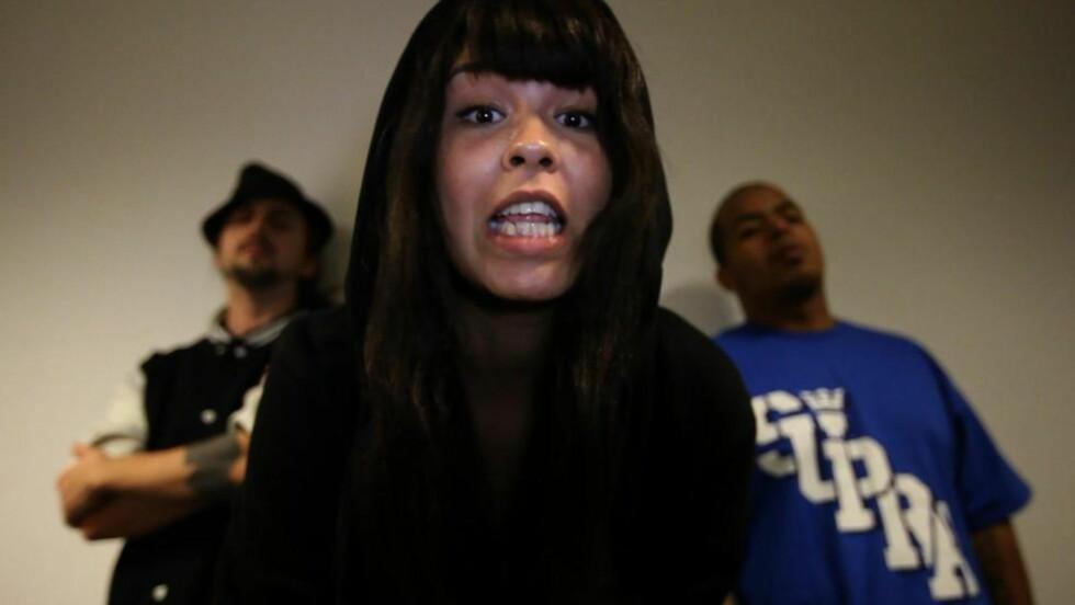 MC MENA: Maria Menas musikk er vanligvis følsom og kjærlig. Når hun i kveld debuterer som rapper, med hiphoperne Don Martin og Pumba på laget, kommer imidlertid en litt mørkere side fram. Foto: NRK Lydverket
