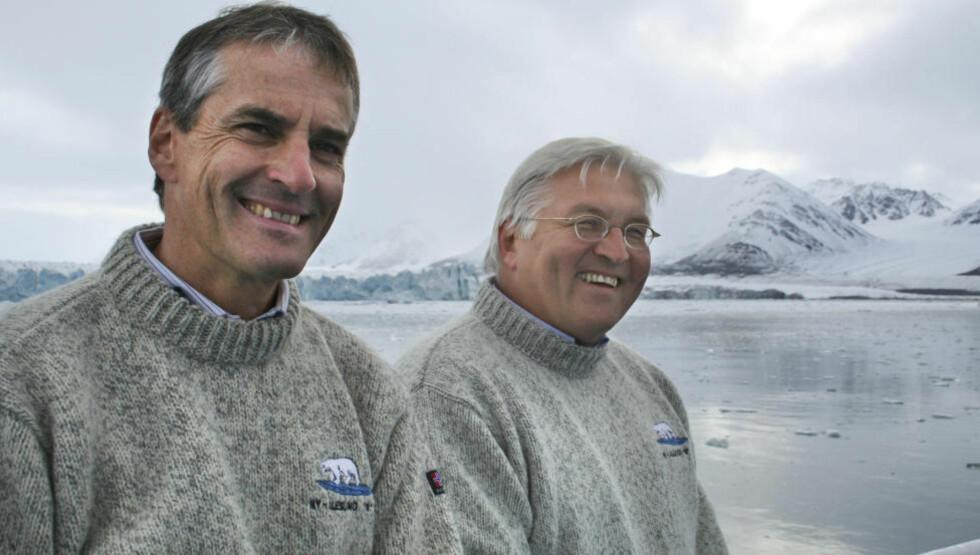 Strategisk viktig: Jonas Gahr Støre på Svalbard i 2007 sammen med daværende utenriksminister i Tyskland Frank-Walter Steinmeier. «Vi bør være klar over at Arktis er i ferd med å bli det strategisk viktigste og kanskje mest omstridte havområde i verden», skriver artikkelforfatteren. Arkivfoto: Linda Bakken/Scanpix