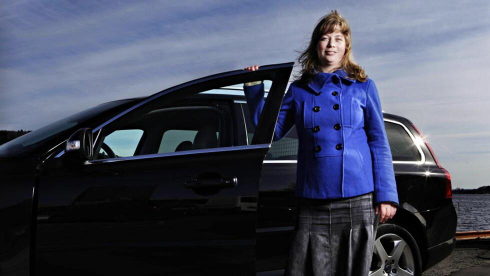 FRYKTER ELBILAVGIFT: Regjeringen vil ikke si noe om hvor lenge elbilene vil beholde dagens fordeler. Om få år kan dermed elbileiere måtte forholde seg til avgifter de til nå har vært skjermet for. Det sier Gøril Andreassen,i Zero, som på bildet viser fram en multi-fuel Volvo V70. Foto : Sigurd Fandango / Dagbladet