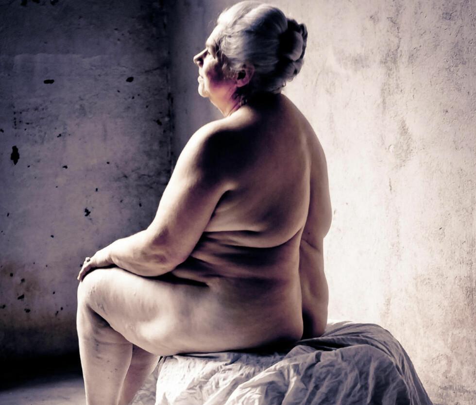 MARIT HASLESTAD (69): - Jeg tenkte ikke over at jeg var naken da bildene ble tatt, sier Marit Hatlestad. - Vi bryter ned fordommer ved å gjøre dette, og det var også viktig for oss. Nakne kvinnekropper er ikke det samme som retursjerte bilder, sier hun. Marit er nestleder, bosatt i Sande og forteller at man absolutt ikke må bo på bondegård for å være medlem av Bygdekvinnelag. - Vi får bare positive reaksjoner fra venner og familie, folk sier vi er tøffe som stiller opp, sier hun. Foto: Nina Djærff