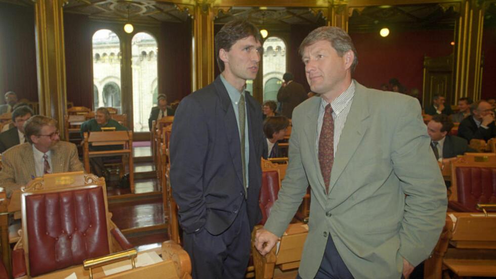 LEDERRIVALER: Dette bildet er fra 1993 - da var Thorbjørn Jagland leder av Arbeiderpartiet, og Jens Stoltenberg var nærings- og energiminister. Allerede året før begynte gnisningene mellom dem - da gikk Gro Harlem Bruntland av som partileder - og selv om Jagland trakk det lengste strået var det mange internt i Ap som heller ønsket seg Stoltenberg. Ti år etter ble det en realitet. Foto: Jon Eeg / NTB / SCANPIX