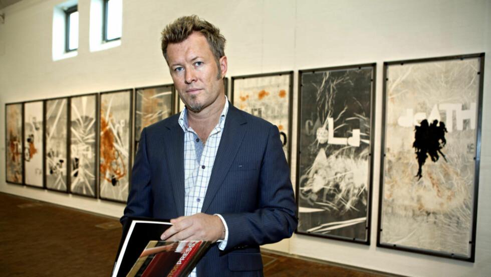 FRA AKUTTEN: På grunn av terrorbombinga trakk jeg meg fra utstillingen på Tjuvholmen, sier Magne Furuholmen, som bruker blodige og brukte sykehuslaken som lerret. Etter pressevisninga onsdag ettermiddag gikk han på by'n i Helsingborg sammen med dronning Sonja og et knippe andre kunstnere. Foto: Anders Grønneberg