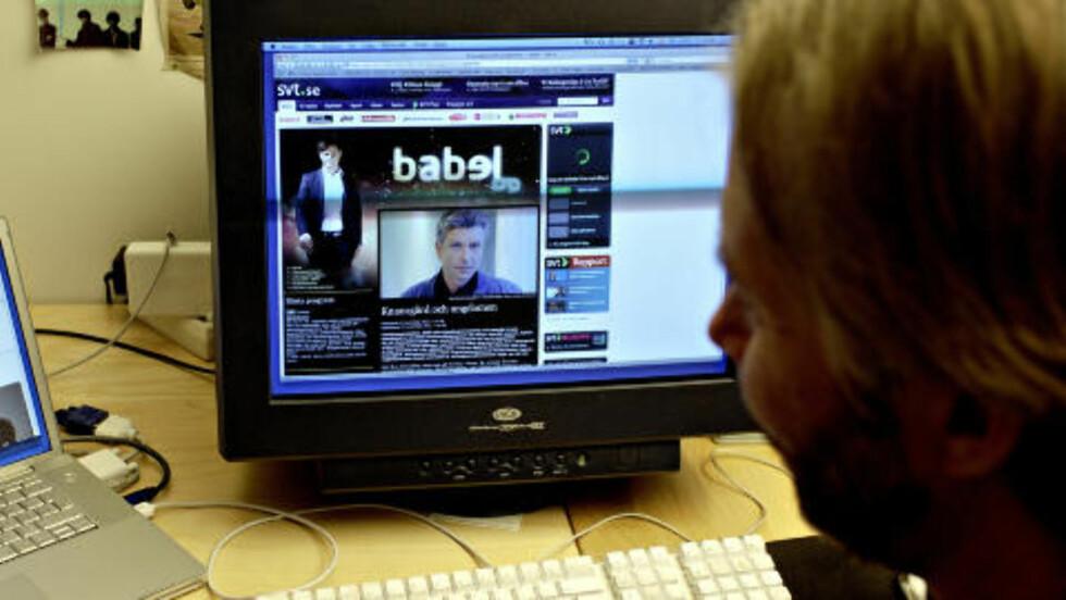 NY SVEIS: Yngve Knausgård sitter på kontoret sitt i Voss, og viser fram bilde av sin nyklipte bror Karl Ove Knausgård. Foto: Lars Eivind Bones / Dagbladet