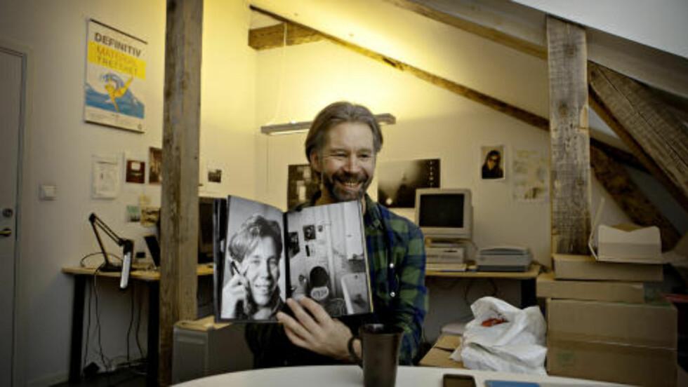 ROMANFIGUR:  I høst kom boka «Album», som inneholder bilder fra Ynges og Karl Oves studietid i Bergen. Her viser han stolt fram et porett av seg selv, hvor han røyker en sigarett med munnstykke. Foto: Lars Eivind Bones / Dagbladet