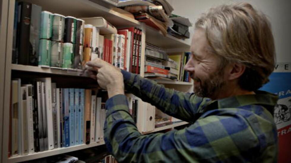 ÅTTE CM:  Yngve Knausgård har allerede «Min Kamp 6» i hylla. Den er hele åtte centimeter bred, forteller Yngve. Han har designet omslaget på alle bøkene i serien. Foto: Lars Eivind Bones / Dagbladet