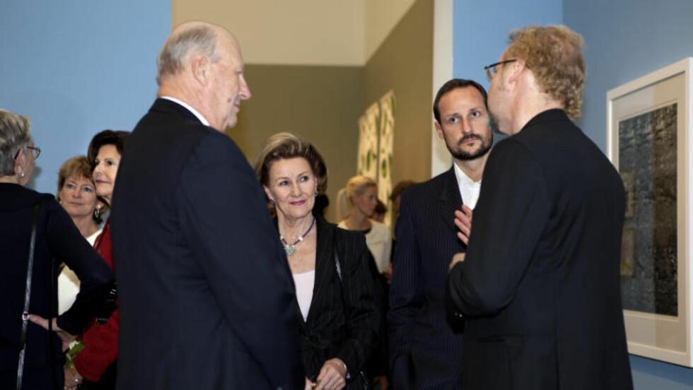 <strong>ATELJE LARSEN:</strong> Kong Harald, dronning Sonja og kronprins Haakon i samtale med gallerist Ole Larsen fra Atelje Larsen. Bak kongen til venstre, dronning Silvia. Foto: Anders Grønneberg