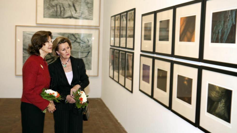 <strong>HELT DRONNING:</strong> Dronning Sonja viser fram sine grafiske bilder for dronning Silvia av Sverige. Ikke helt konge, men helt dronning, dette. Foto: Anders Grønneberg