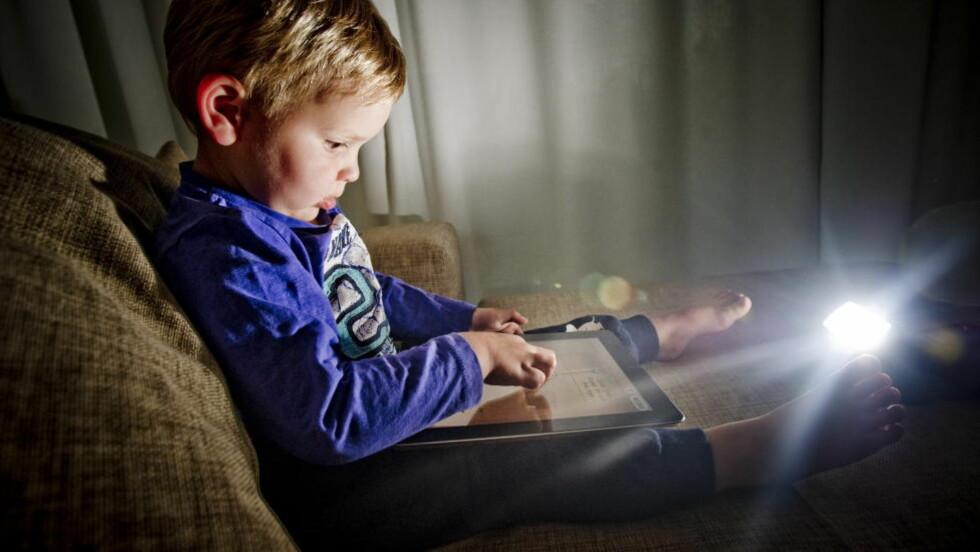 INTUITIVT: mediebrett har kommet for å bli. Aksel har lært seg å bruke iPoden. Men den er ikke bare for små barn. Foto: Thomas Rasmus Skaug  / Dagbladet