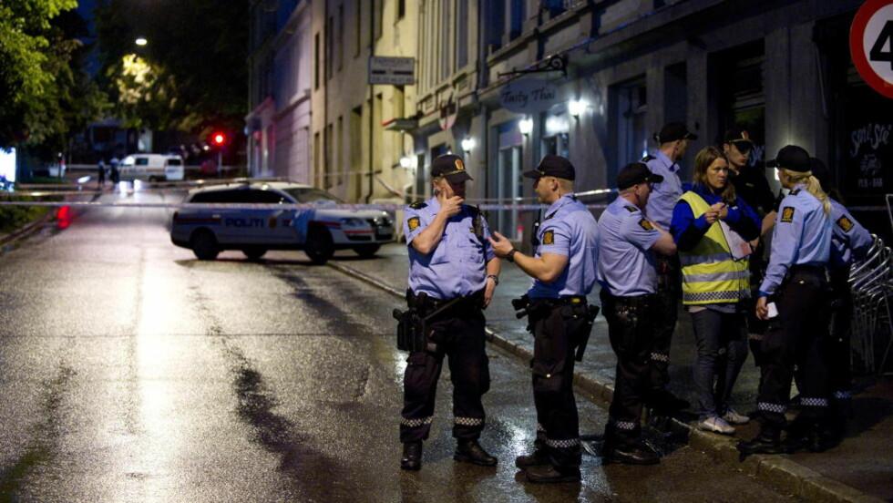 ÅSTEDET: Politiet satte igang en massiv etterforskning og klappjakt på gjerningsmannen etter at skuddet falt på drosjeholdeplassen på Bislett i 01-tida natt til lørdag. Foto: ØISTEIN NORUM MONSEN