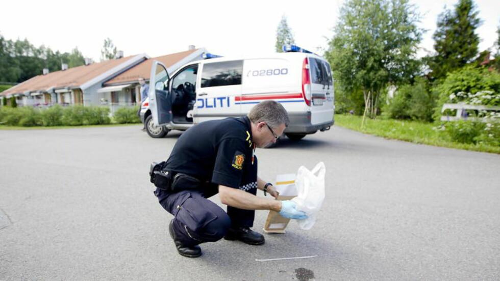 SIKRET SPOR: Politiet sikret i går en pose med strips og tape som Dagbladets journalist fant.  Foto: Bjørn Langsem / Dagbladet.