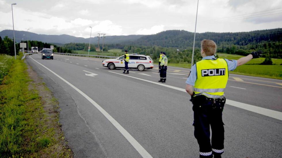 JAKTER BARNEFAR: Politiet jakter nå barnefaren etter kidnappingen på Hadeland. Her fra en politisperring på riksvei 4 mot Oslo i går. Foto: Bjørn Langsem / Dagbladet.