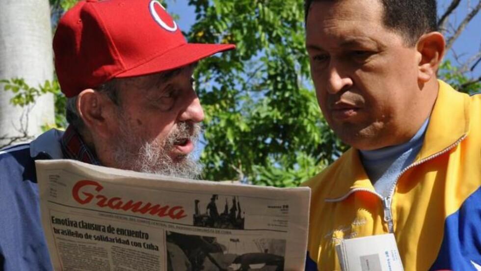 BRODERLIG: Opptaket av Chavez og Castro var hovednyhetene i går på kubansk tv. Den kubanske nyhetsankeren beskrev møtet som «broderlig» og ga ingen detaljer om presidentens helsetilstand. Foto: EPA/SCANPIX