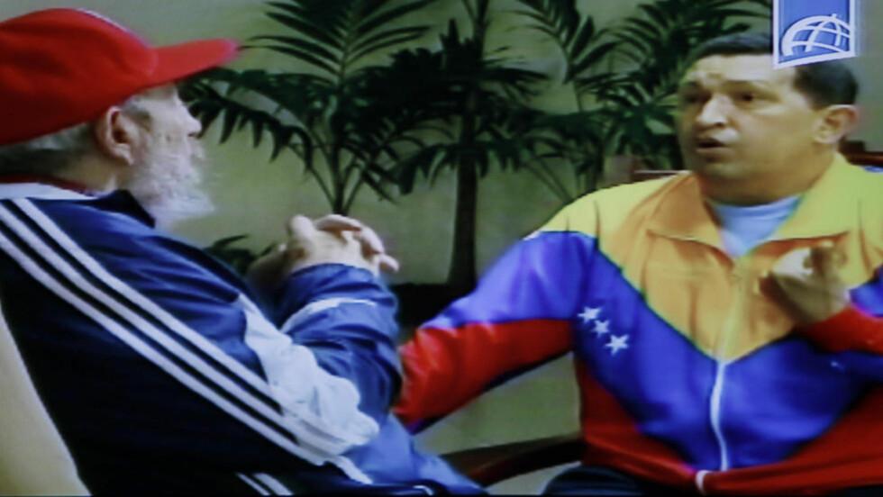 NYE BILDER: Bilder av Hugo Chavez sammen med Cubas pensjonerte autoritære leder Fidel Castro ble vist på kubansk tv i går. De nye bildene viser presidenten i en grilldress i Venezuelas farger mens han diskuterer engasjert med Castro - også i grilldress. Foto: EPA/SCANPIX