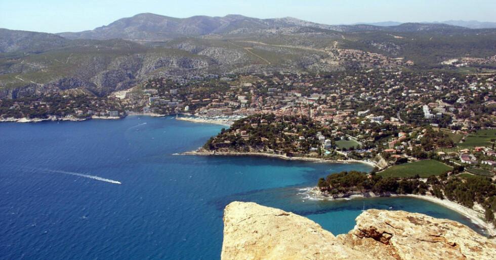POPULÆR FERIE: Cassis ligger øst for Marseilles på den franske rivieraen. Her finner du roen - og fisk og skalldyr i verdensklasse. Foto: GRÉGOIRE MENUEL/CREATIVE COMMONS