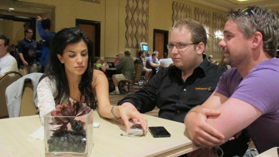 TUNGT TAP: Aylar Lie var knust etter nederlaget i poker-VM. Her sammen med trener i Team Betsson, Stephan Kjerstad (i midten) og lagleder Paul Myklebust. Foto: Vegard Kristiansen Kvaale