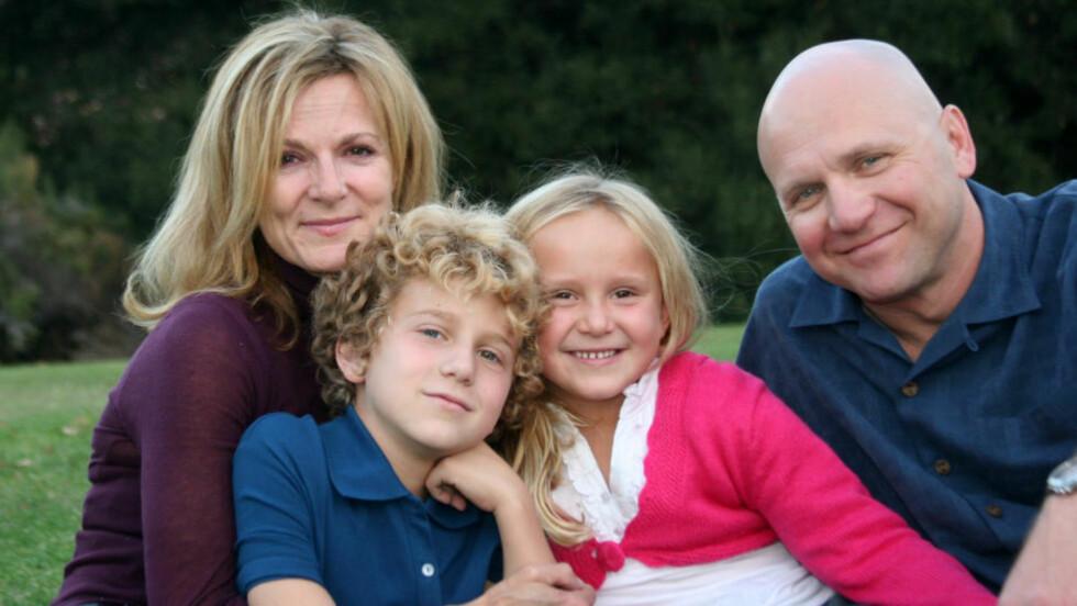 UKJENT SUKSESS: Selv om romanen «Reisen hjem» av den kanadiske forfatteren Lori Lansens (t.v.) topper norske salgslister, er forfatteren nesten ikke kjent etter ti år. Her med ektemann og «24»-regissør Milan Cheylov og deres to barn. Foto: Privat