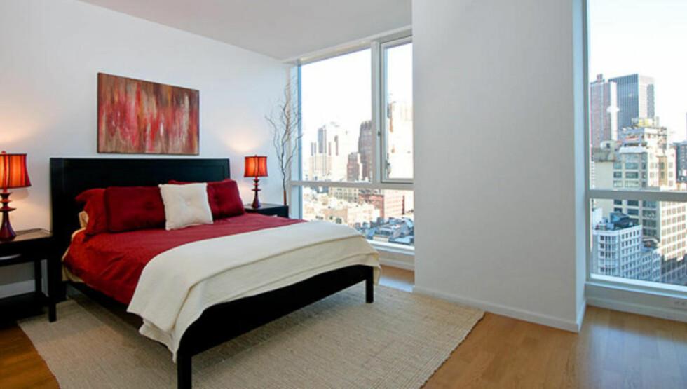 DAGSLYS: Det kan lønne seg å sette opp lystette rullegardiner på et soverom som får sollys tidlig på morgenen. Foto: Colourbox