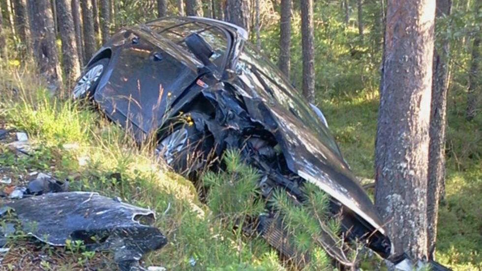 USKADD:  Den 24 år gamle bilføreren kom tilsynelatende fysisk uskadd fra smellen i denne bilen, og stakk av etter ulykken ved 17.30-tiden i går. Fire personer i møtende bil ble alvorlig skadd. FOTO: OLE CHRISTIAN NORDBY.