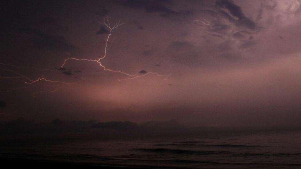 LYSTE OPP: - Det lynte som bare det og det regnet som bare det, sier fotografen om værforholdene han fotograferte i Gotland i går kveld. Foto: Stefan Reinerdahl