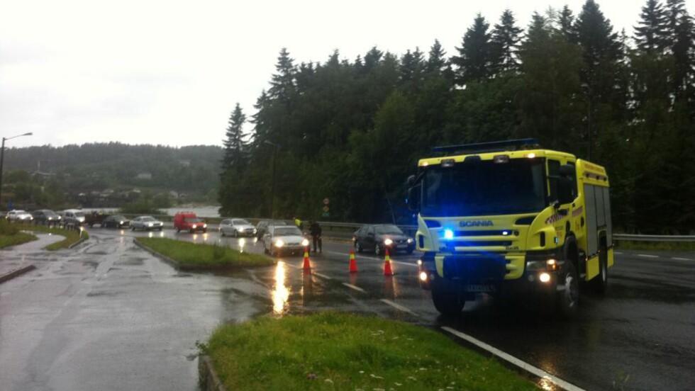 SPERRET AV: Politiet har sperret av området rundt Utøya, etter at det ble løsnet skudd der i ettermiddag. Foto: HÅKON EIKESDAL