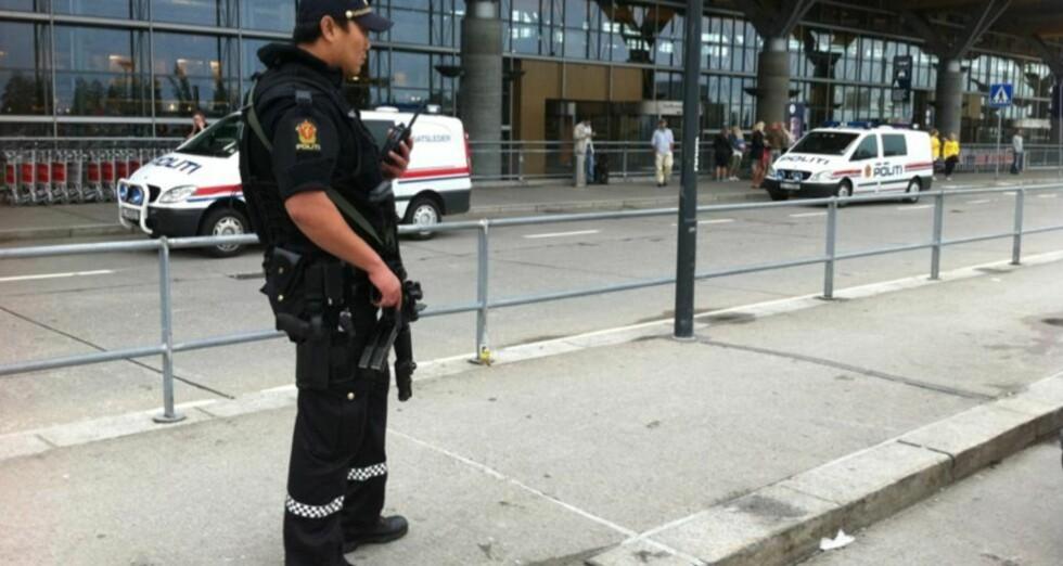 SKJERPET BEREDSKAP: Bevæpnet politi sjekket i ettermiddag all trafikken inn til Oslo Lufthavn. LESERFOTO