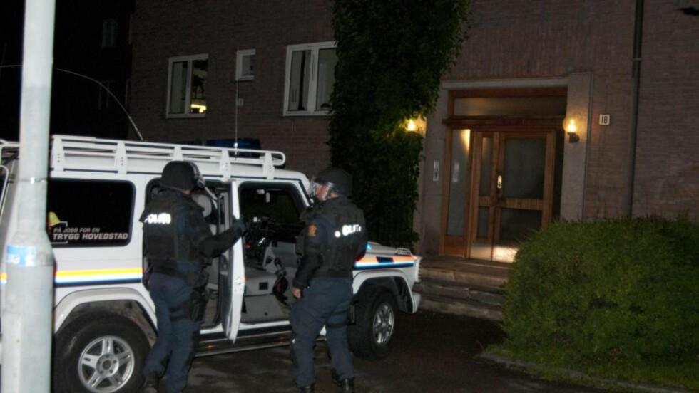 AKSJON I NATT: Bevæpnet politi tok seg like før midnatt inn i leiligheten til moren til siktede, der han ofte har oppholdt seg. Foto: ØISTEIN NORUM MONSEN