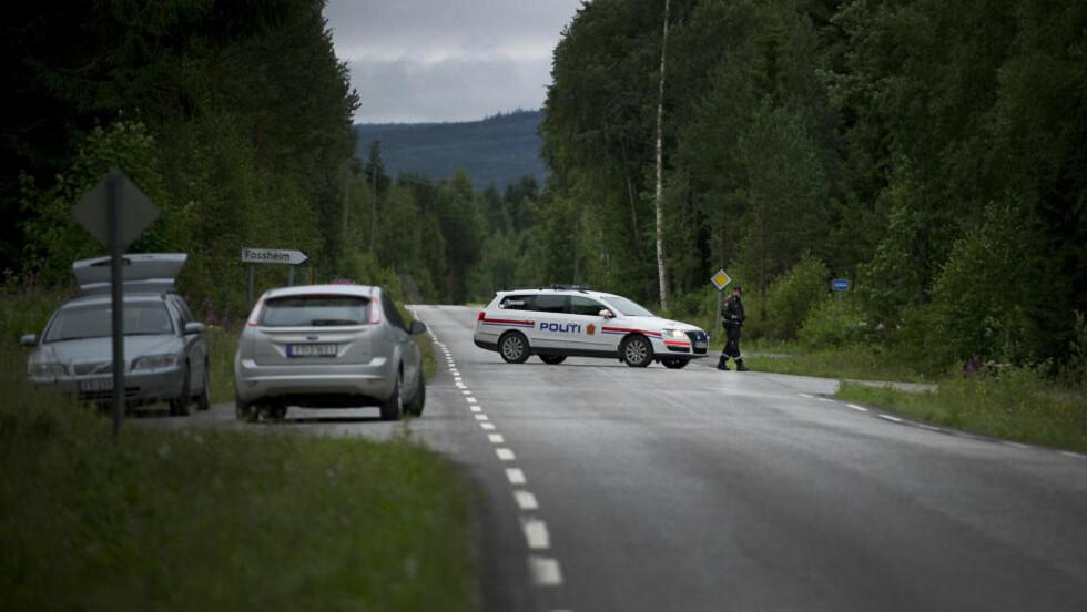 SPERRET: Alle innfartsårer til Anders Behring Breiviks gård i Åsta er sperret av politiet. Foto: John T. Pedersen/Dagbladet