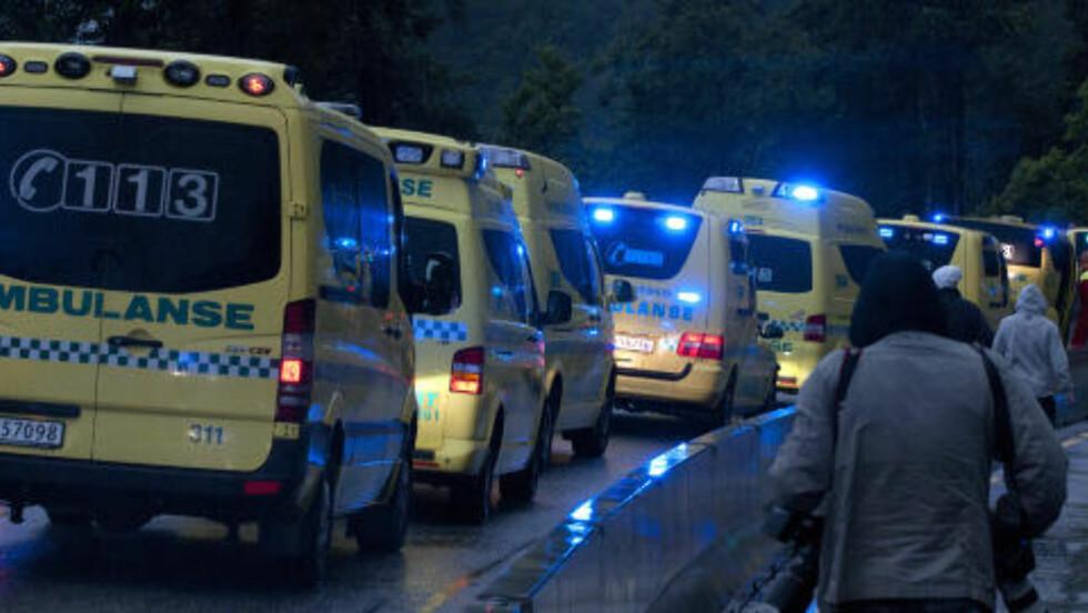 FRAKTES BORT: Ambulanse- og helsepersonell jobbet med å hjelpe de skadde og å frakte ungdommene bort fra stedet. Foto: Øistein Norum Monsen / DAGBLADET