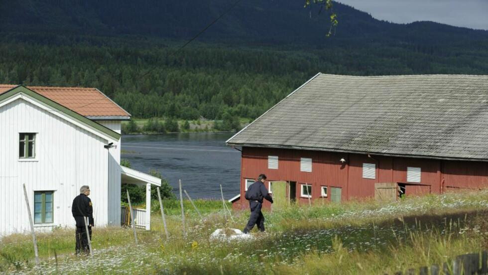 BODDE HER: Politiet gjennomsøker gården Anders Breivik har bodd på det siste året, i Østre Åsta. Foto: John T. Pedersen / Dagbladet