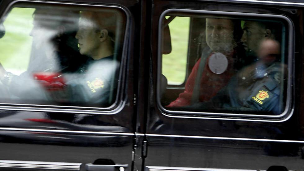 SMILTE: Men den siktede Anders Behring Breivik, her på vei til Politihuset på Grønland etter fengslingsmøtet i Oslo Tinghus, ønsket å lese manifestet sitt høyt på Utøya etter drapene. Foto: ERLING HÆGELAND/Dagbladet