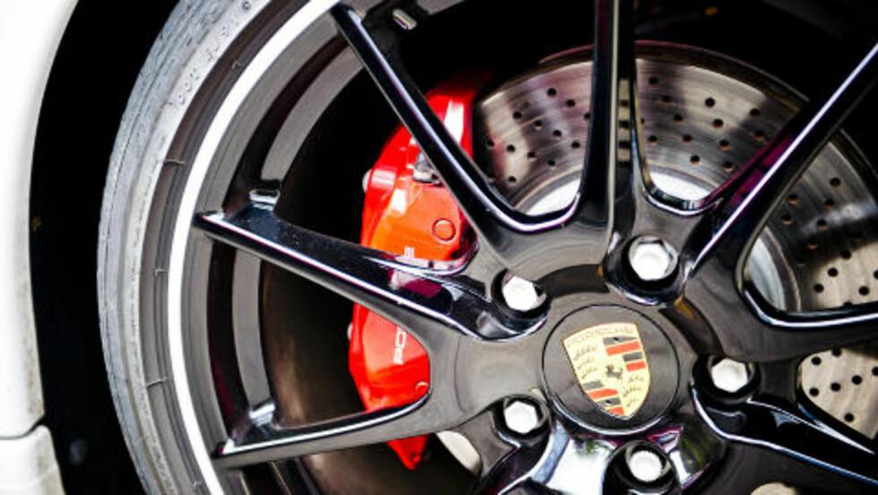 <strong>STOPP:</strong> På typisk Porsche-vis er alt skreddersydd i harmoni, og de er kjent for sine gode bremser. Derfor stopper Cayman R like fort som du forventer at den skal, om ikke bedre. Foto: Håkon Eikesdal