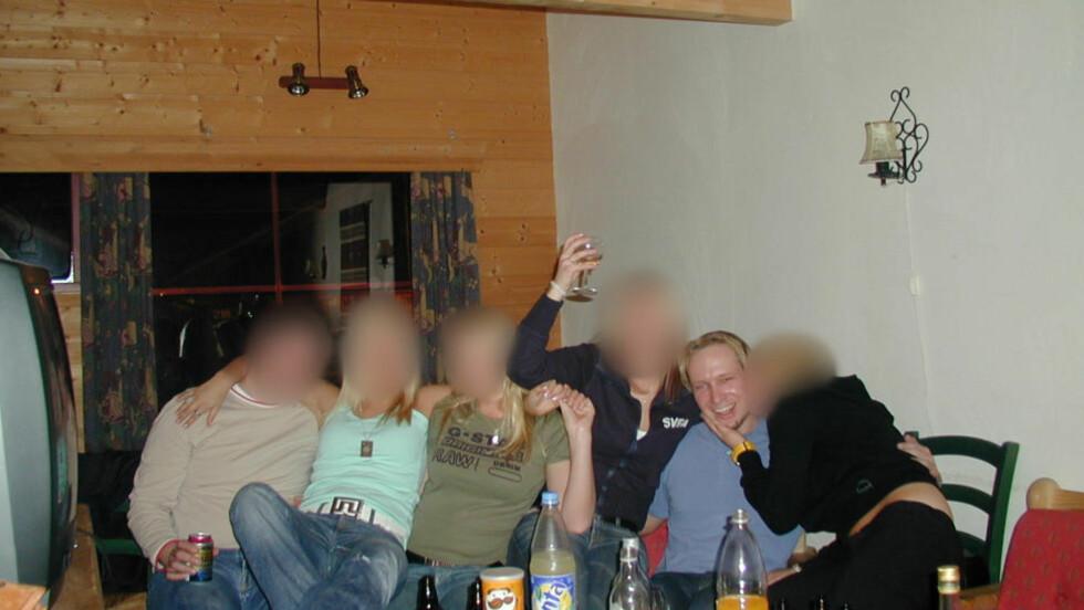 KLÆR, PENGER, UTSEENDE: Anders Behring Breivik beskrives av venner som utseendefiksert og treningsopptatt. Han skal ha begynt å trene allerede på ungdomsskolen. Han skal også ha tatt anabole steroider da. Her er han på fest med svenske tenåringsjenter. Hans kamerater fra yngre år forteller at Breivik fortalte om mange damer, men kameratene så aldri noe til dem. Foto: Privat