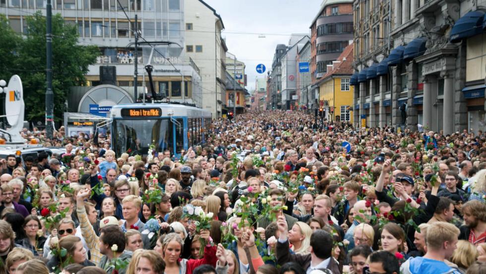 IKKE I TRAFIKK: Trikken ble sittende fast i rosehavet i Oslo mandag denne uka. Foto: Roy Olsen